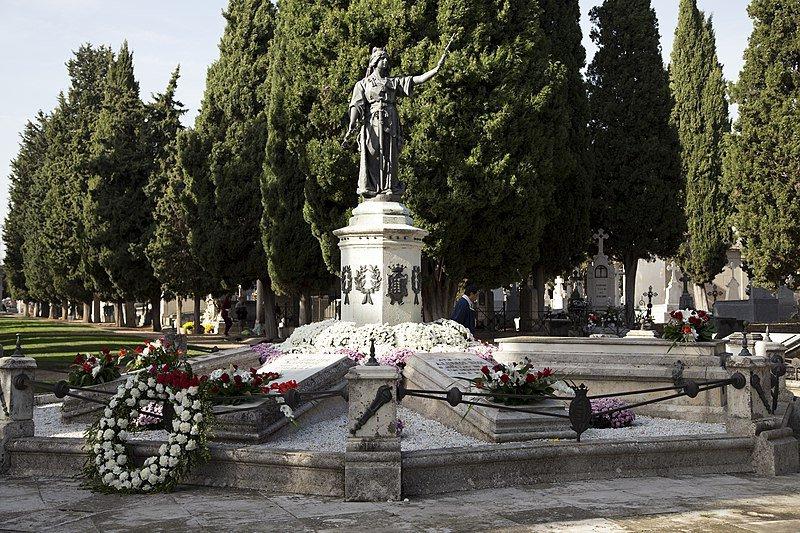 lápidas con cruz